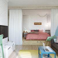 Кровать на подиуме в трехкомнатной квартире