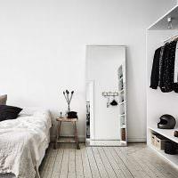 Большое зеркало на полу светлой спальни