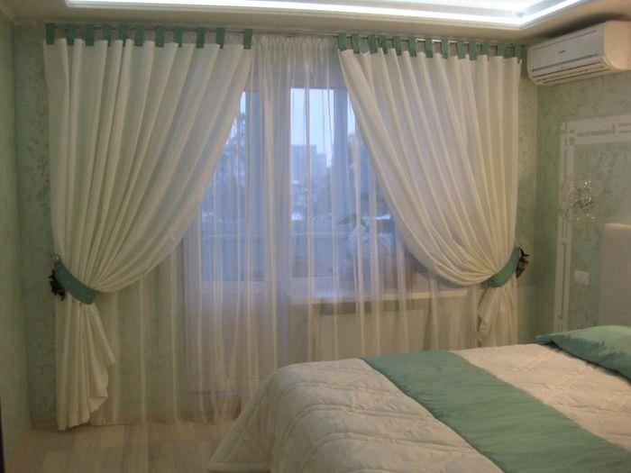 Занавески из прозрачного тюля на окне спального помещения