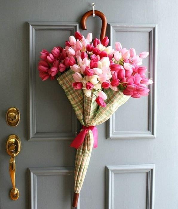 Украшение входной двери букетом тюльпанов