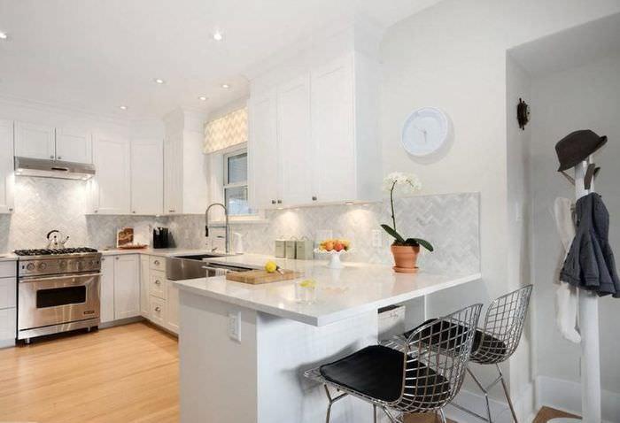 Интерьер современной угловой кухни в белом цвете