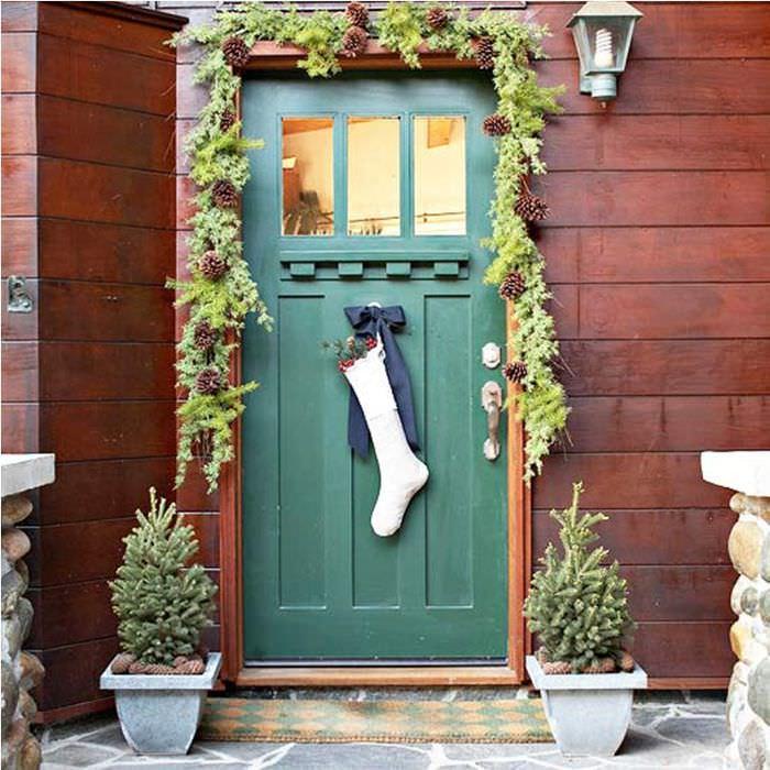 Носки для подарков на входной двери частного дома