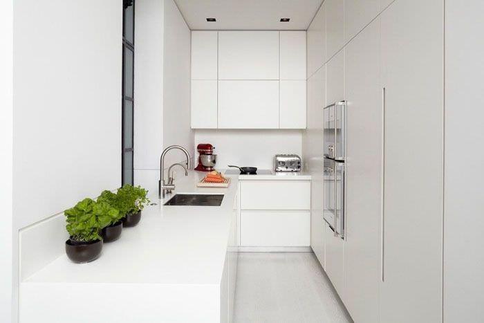 Параллельная планировка вытянутой кухни в стиле минимализма