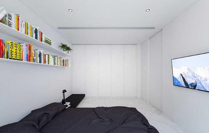 Длинные открытые полки на стене узкой спальни