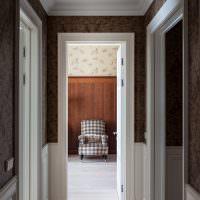 Светлый пол в коридоре с темными стенами