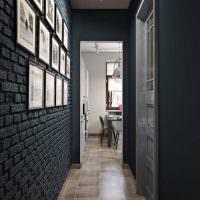 Кирпичная стена коридора темно-серого цвета