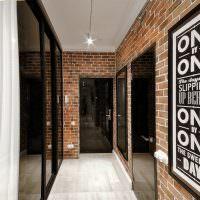 Кирпичные стены в коридоре промышленного стиля