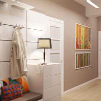 Декорирование картинами стен небольшого коридора