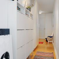 Узкий шкаф вдоль стены коридора в частном доме