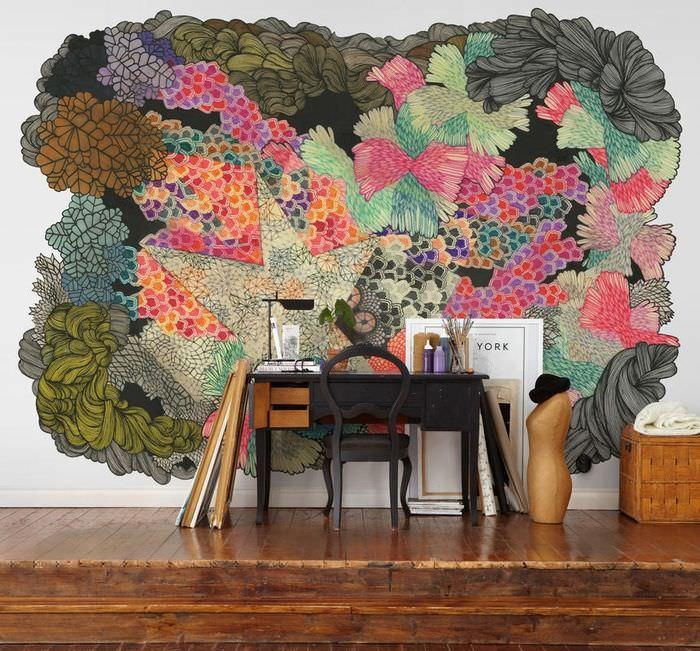 Абстрактный рисунок на стене жилой комнаты