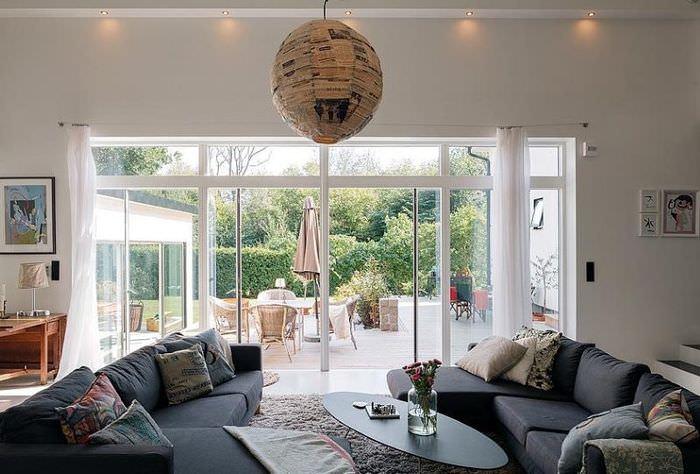 Панорамное окно в интерьере гостиной загородного дома