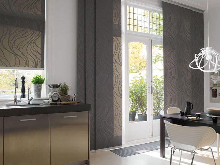 Темно-серые японские шторы в дизайне кухни