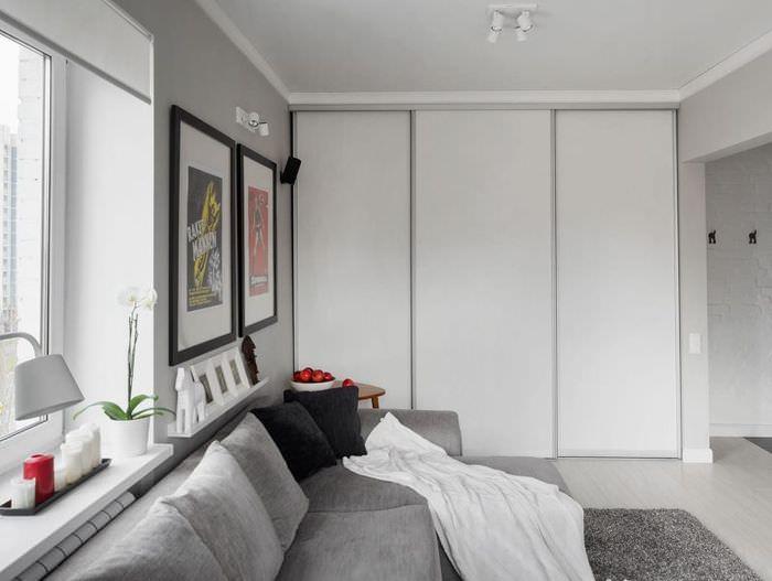 Светло-серые дверцы встроенного шкафа-купе