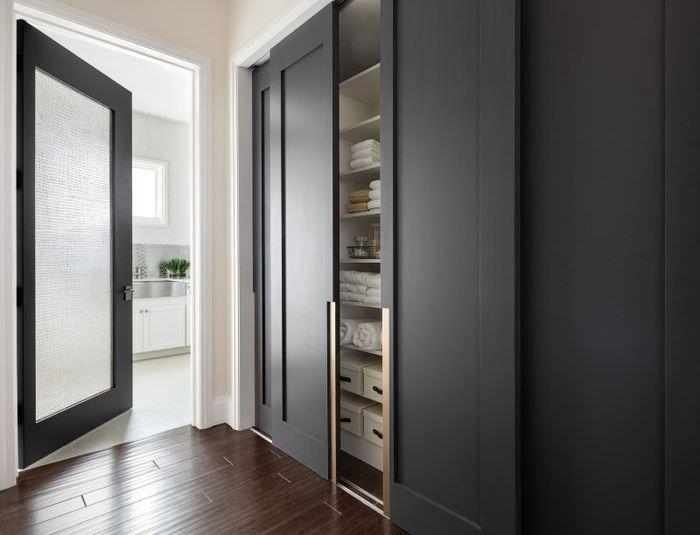 Темно-серые дверки встроенного шкафа-купе