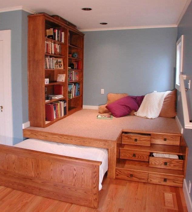 Подиум из досок и фанеры с выдвижной кроватью