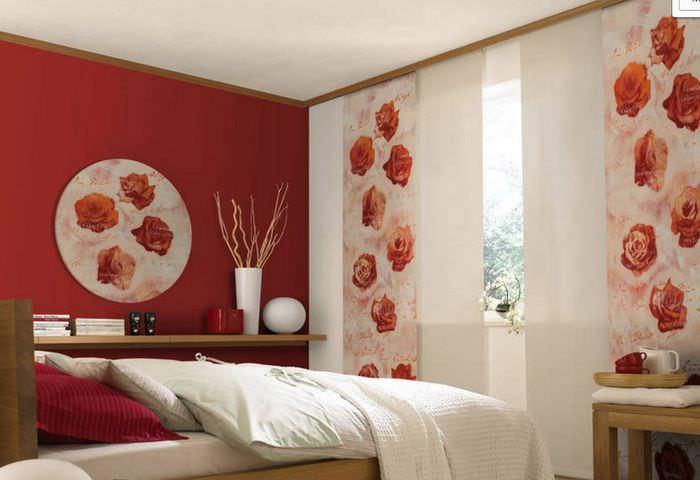 Раздвижные японские шторы на окне узкой спальни