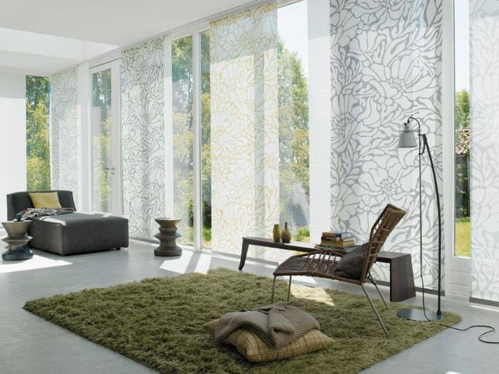 Легкие японские шторы в просторной гостиной