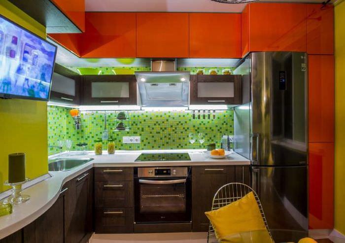 Интерьер яркой кухни с участием красного цвета