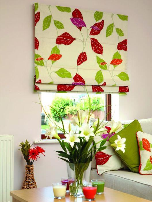 Яркие римские шторы в сочетании с текстилем подушек