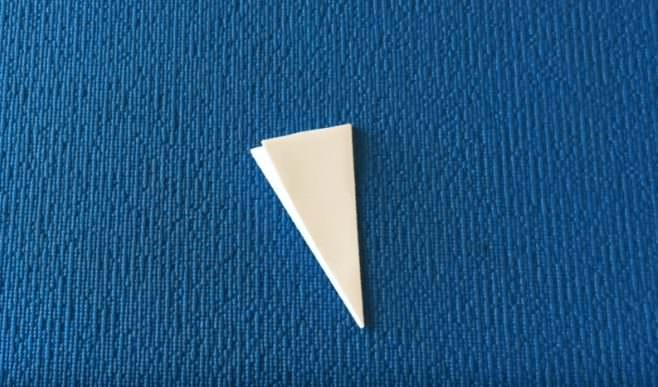 Треугольник из бумаги на синем фоне