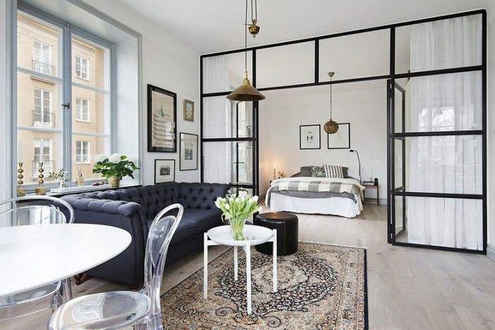 Зонирование квартиры-студии стеклянной перегородкой