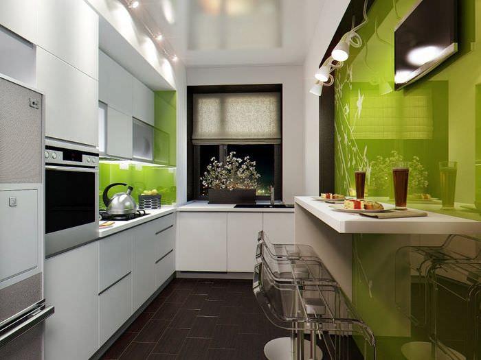Глянцевая стена в интерьере узкой кухни
