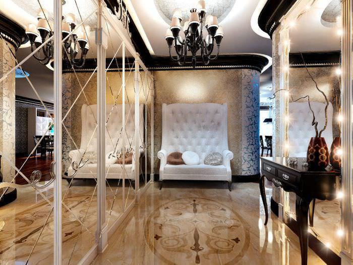 Блестящие поверхности стен и пола в коридоре стиля арт-деко