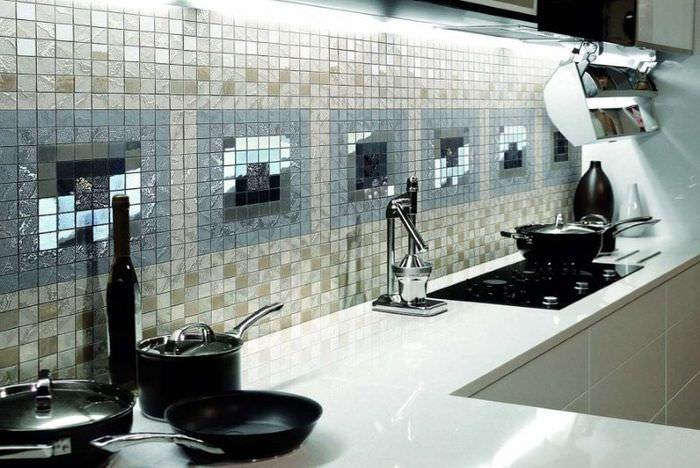 Кухонный фартук из зеркальной мозаики