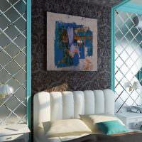 Белый диван между панелями из матовой зеркальной плитки
