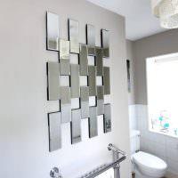 Зеркальная плитка прямоугольной формы в интерьере санузла