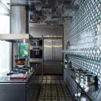 Керамическая мозаика на полу кухни