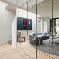 Серый ковер в отражение на зеркальной стене