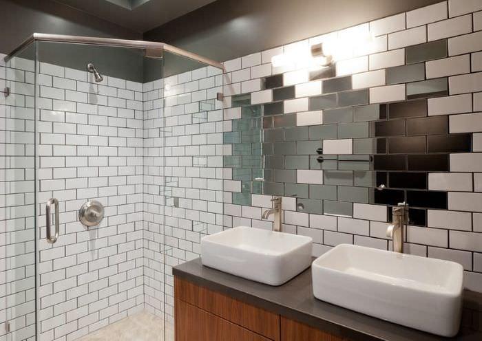 Сочетание зеркальной плитки с кафельной в интерьере ванной