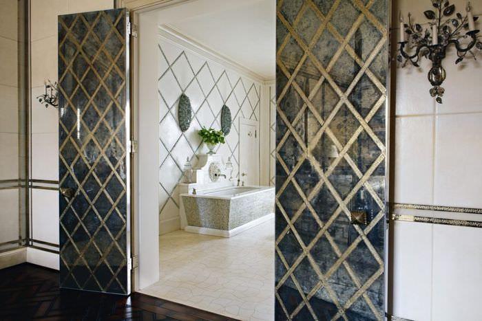 Распашные двери с зеркальными полотнами в ванной комнате