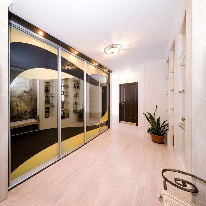 Шкаф-купе с зеркальными дверцами в дизайне прихожей