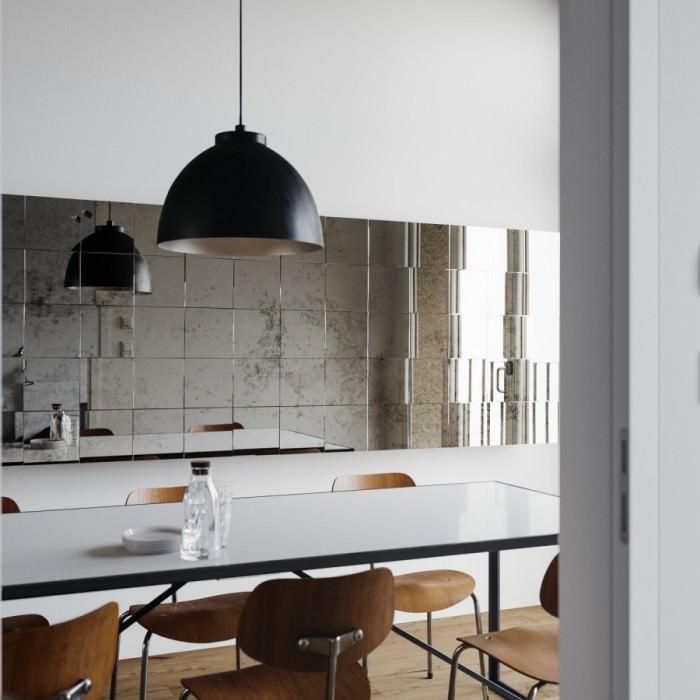 Декоративная отделка стены кухни зеркальной плиткой