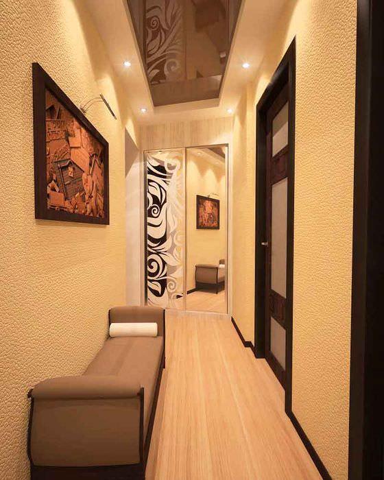 Шкаф-купе с зеркальными фасадами в конце длинного коридора