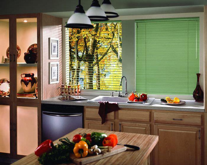 Светло-зеленые жалюзи в интерьере кухни