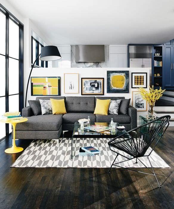 Светло-желтые подушки на сером диване в гостиной