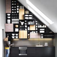 Рабочая зона кухни в чердачном помещении