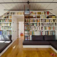Книжные полки до потолка мансарды