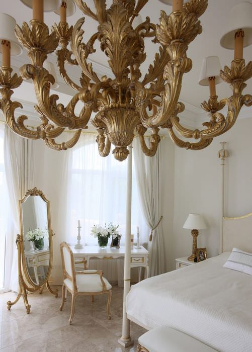 Люстра с золотым оттенком в классической спальне