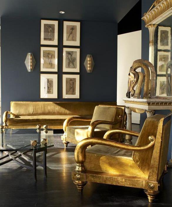Мебель с золотой отделкой в гостиной египетского стиля