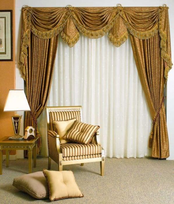 Золотистые шторы с ламбрекеном на окне гостиной