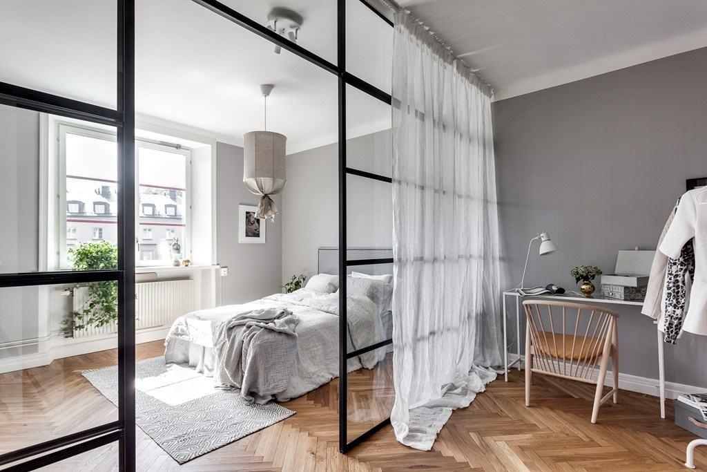 Легкие белые шторы на стеклянной перегородке