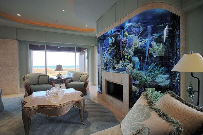 Камин и аквариум в интерьер просторной гостиной