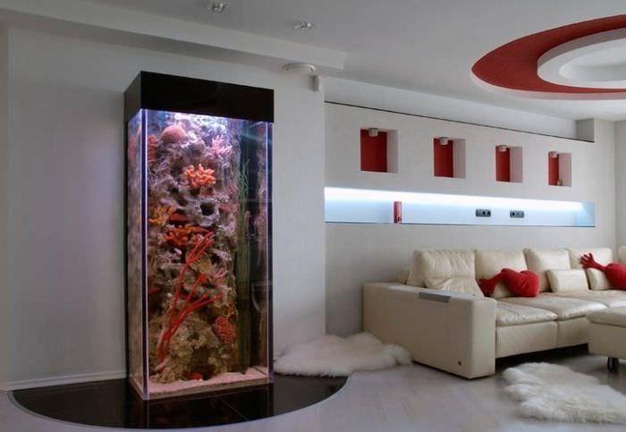 Дизайн гостиной с аквариумом у стены