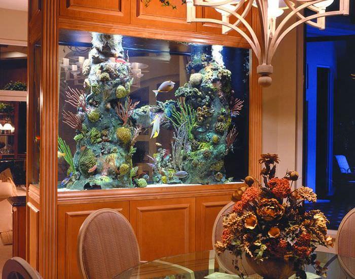 Деревянная перегородка с аквариумом и встроенными шкафами