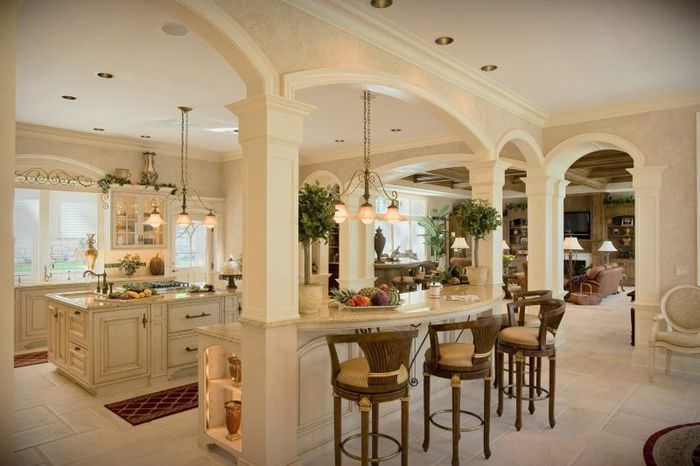Интерьер большой кухни с арками