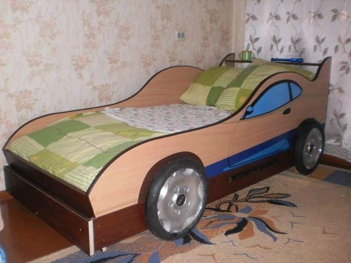 Самодельная детская кроватка в форме автомобиля